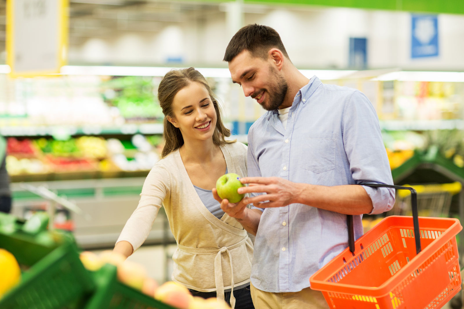 Couple in a Grocery | 8 Expert Tips On How To Start Juicing For The First Time